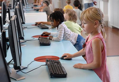 """Pourquoi le cerveau des enfants est plus exposé aux ondes des """"portables"""" que celui des adultes"""